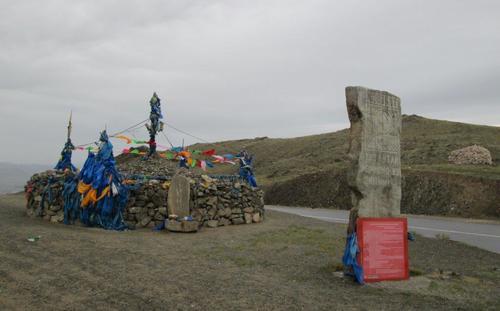 Превал в западна Монголия с натрупани камъни и завързани обредни ленти
