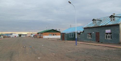 Главната улица на град Дарви, рано сутринта