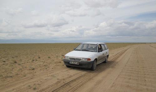 С моя Опел сме спрели за кратка почивка в пустинята Гоби