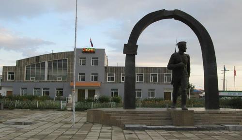 В центъра на град Алтай, рано сутрин