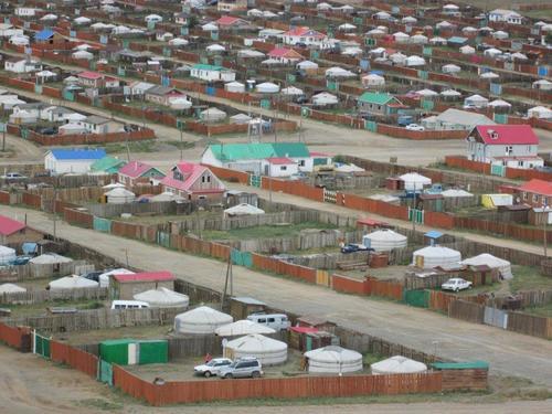 Краен квартал на Баянхонгор с юрти и къщи