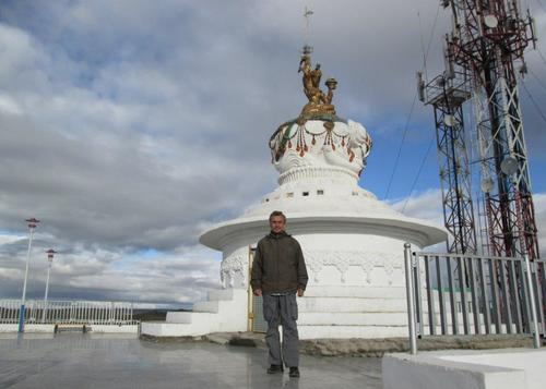 Авторът пред Ступа, изградена на хълм над градския парк в Баянхонгор