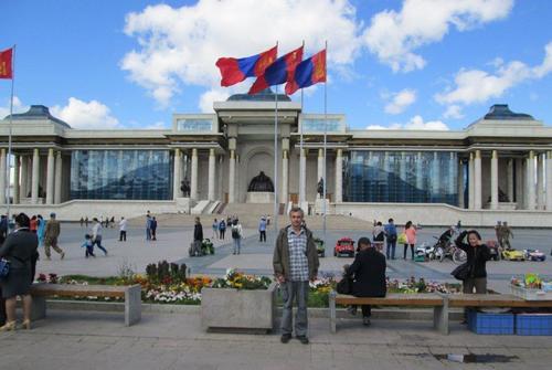 Авторът пред парламента. В центъра на сградата е статуята на Чингис хан.