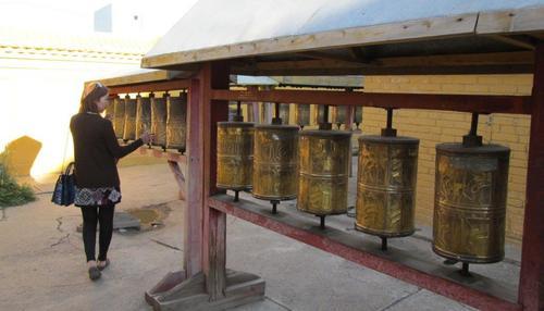 В Гандан, както и в останалите будистки манастири, поклонниците завъртат многобройни цилиндри