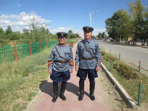 Монголци в униформата на офицери от 1939 година са се отправили към площада