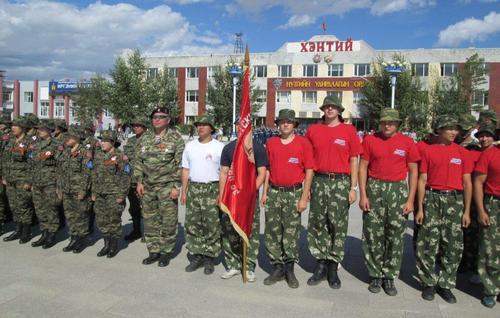 Част от монголските жени-военослужещи (отляво), и руските младежи (отдясно)