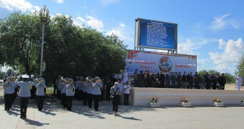 Военният духов оркестър изпълнява химна на Монголия