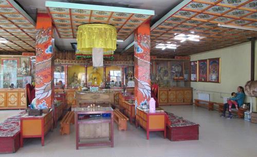 В дъното, в средата на молитвената зала има голяма статуя на Буда