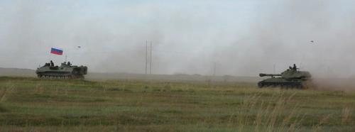 Част от колоната с руски бронирани машини, прибиращи се от тържествата при Халхин Гол