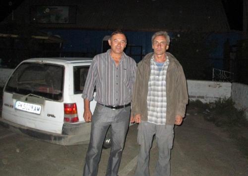 Виктор (отляво), с когото се сприятелихме и до късна нощ беседвахме на маса