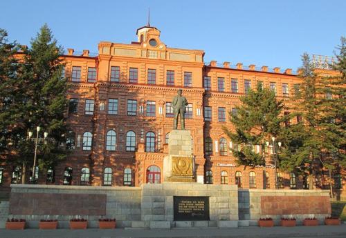 На централния площад стоеше паметникът на Ленин