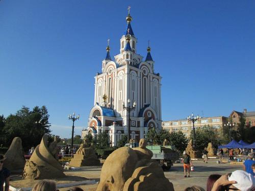 На площад Комсомолски, пред Успенската черква изграждаха пясъчни скулптури