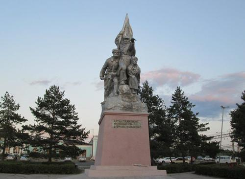 Паметникът на героите от Гражданската война, издигнат на предгаровия площад