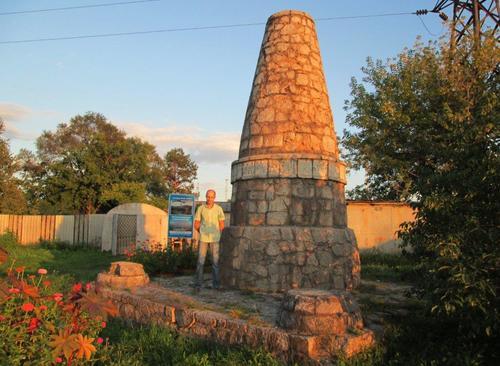 Евгени до паметника на починалите военнопленници през Първата световна война