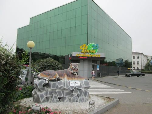 На преден план паметник на Усурийския тигър