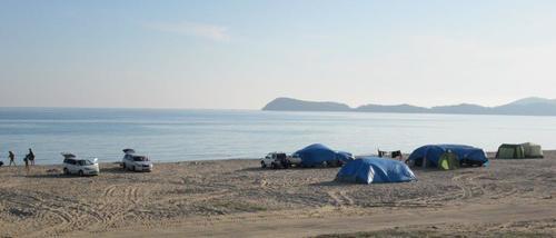 По плажовете на Ливадия почиващите къмпингуваха на пясъка до морето