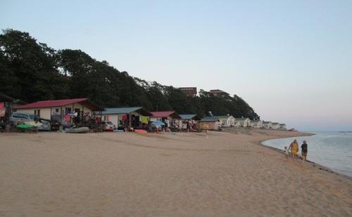 Край пясъчната ивица в Ливадия бяха разположени малки къщи за почиващите
