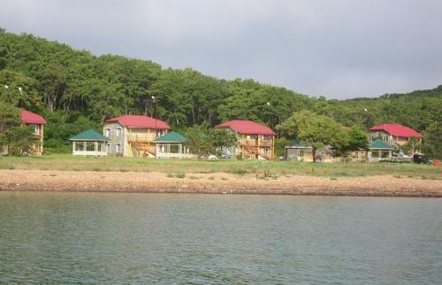 Двуетажни къщи за настаняване на почиващи край морския бряг