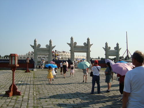 портите, украсени с облаци в горния край