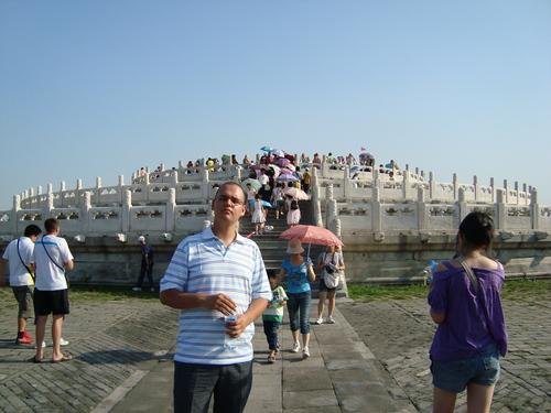 Симо на фона на Жертвения олтар