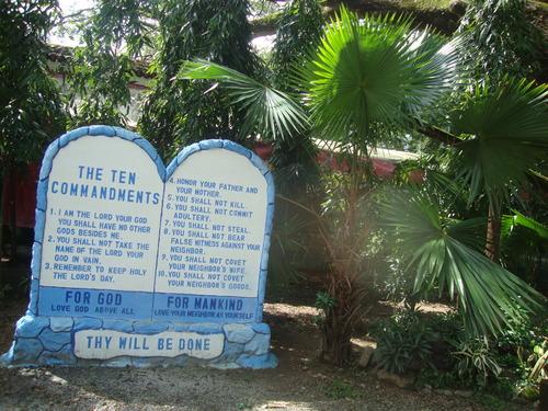 Десетте Божи заповеди в двора на църквата