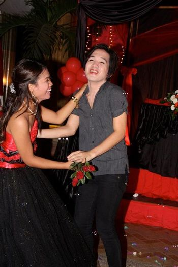 Никол танцува с братовчед си