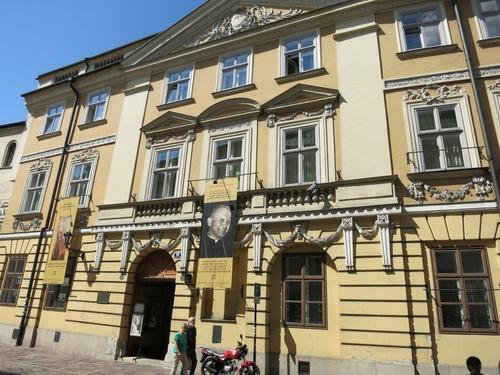 Къщата, в която е живял папа Йоан Павел Втори. Преди да стане папа той е бил кардинал именно на Краков