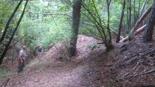 към Костадиновия скален манастир