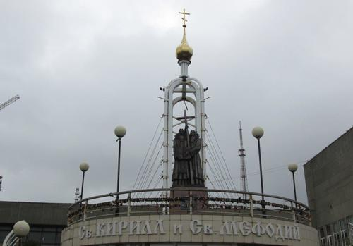 Паметникът на светите братя Кирил и Методий във Владивосток