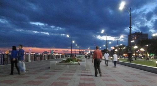 Вечер по алеята край брега на река Амур