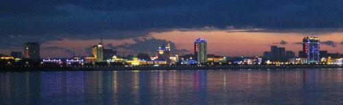 Поглед към китайският град Хейхе от другата страна на река Амур