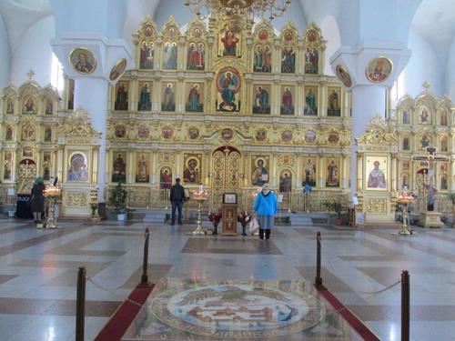 В новия катедралния храм, разположен на площада пред гарата