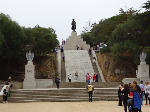 Величествен монумент на хълма - любимото място на Наполеон като дете,откъдето се открива гледка към целия залив