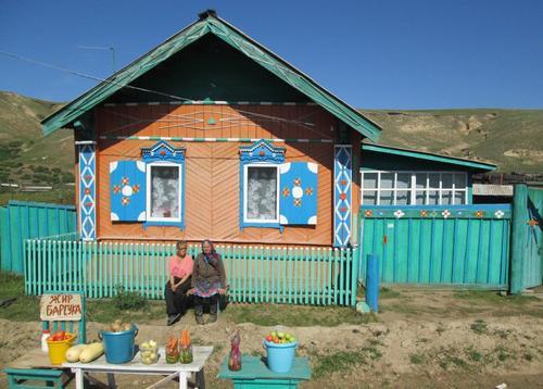 Селянки продават собствена продукция пред дома си в село Десятниково