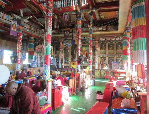 Сутрешната молитва на монасите в храма Цогчен-дуган
