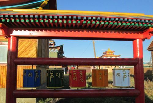 Молитвени многоъгълни призми, които се завъртат от поклонниците
