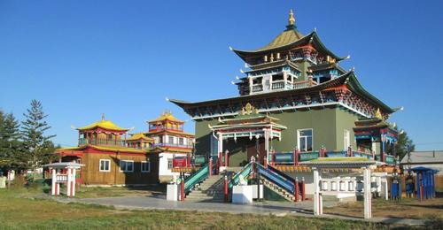 Дуганът (храмът) на Зелената Тара с молитвени цилиндри пред него