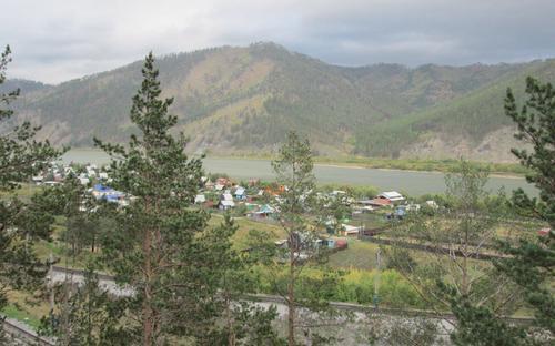 Поглед към река Селенга и малко сибирско село, разположено край брега й