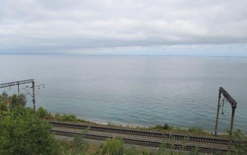Транссибирската железопътна линия минава по брега на Байкал