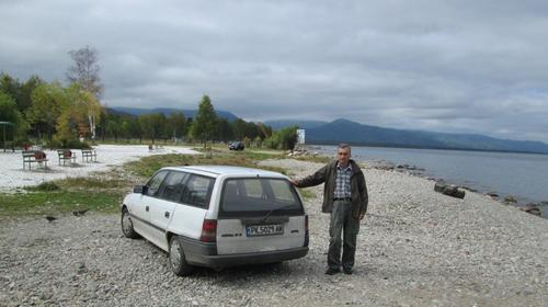 Авторът със своя Опел на брега на езерото Байкал