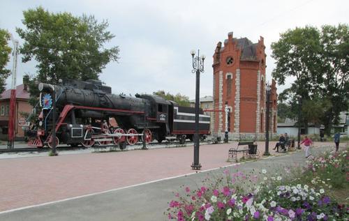 Локомотив, поставен като паметник в центъра на града