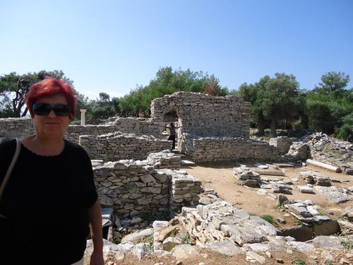 Лили пред разкопките на полуостровчето Алики