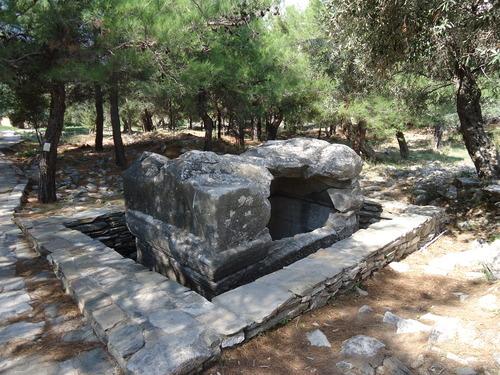 Мраморен саркофаг на жена, открит в Алики