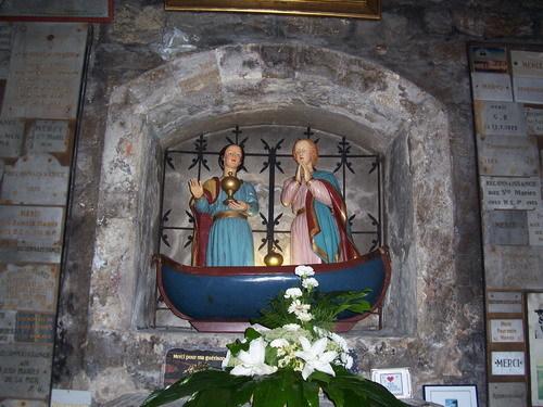 Лодката с двете светици в ниша на църквата