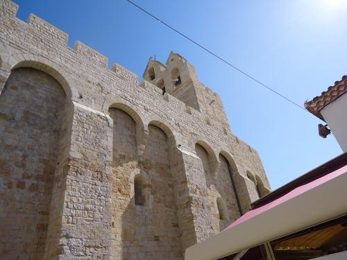 Църквата с внушителен вид на крепост
