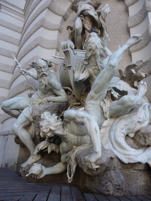 Една от скулптурите при входа