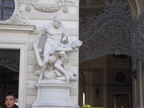 Изящно-дантелената метална тиара над входа