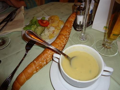 Но и виенското хлебче с крем-супа и салатка не са лоши