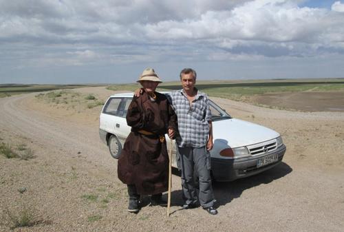 По пътищата на Монголия: Среща с възрастен монголец, облечен в традиционни дрехи
