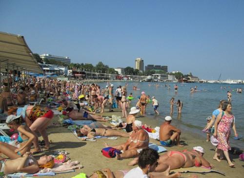Градския плаж на Анапа беше претъпкан с почиващи